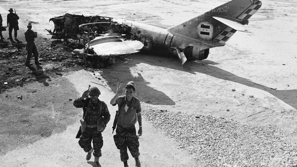 Un aereo egiziano colpito a terra