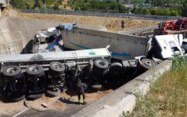 Il camion ribaltato dopo incidente allo svincolo del Galluzzo