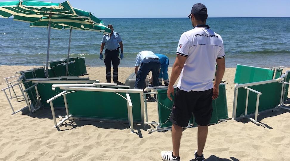 Il recupero della salma sulla spiaggia di Torre del Lago
