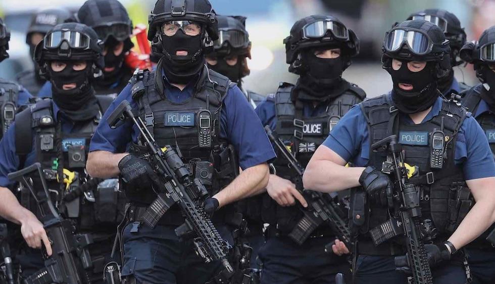 Squadre antiterrorismo in azione dopo l'attentato sul London Bridge