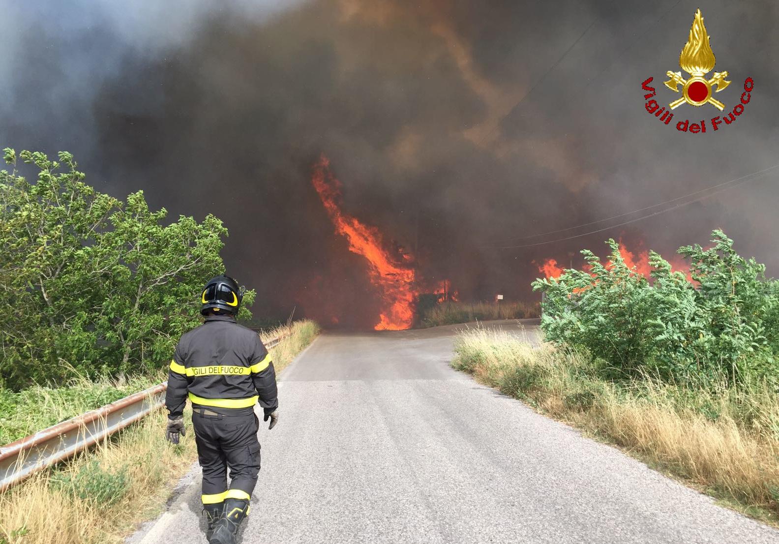 Il muro di fiamme e fumo a Piancastagnaio