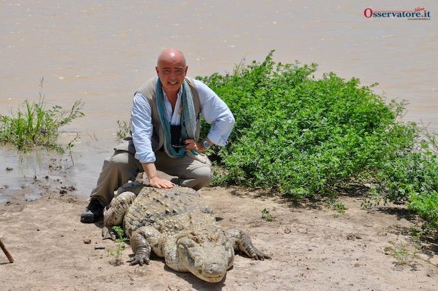 Nello stagno di Bazoulè in Burkina Faso i coccodrilli (sfamati a base di pollo) si lasciano fotografare dai turisti
