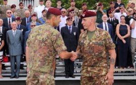 Il passaggio tra i generali Vannacci (a sin) e Sganga. Al centro il generale Bertolini