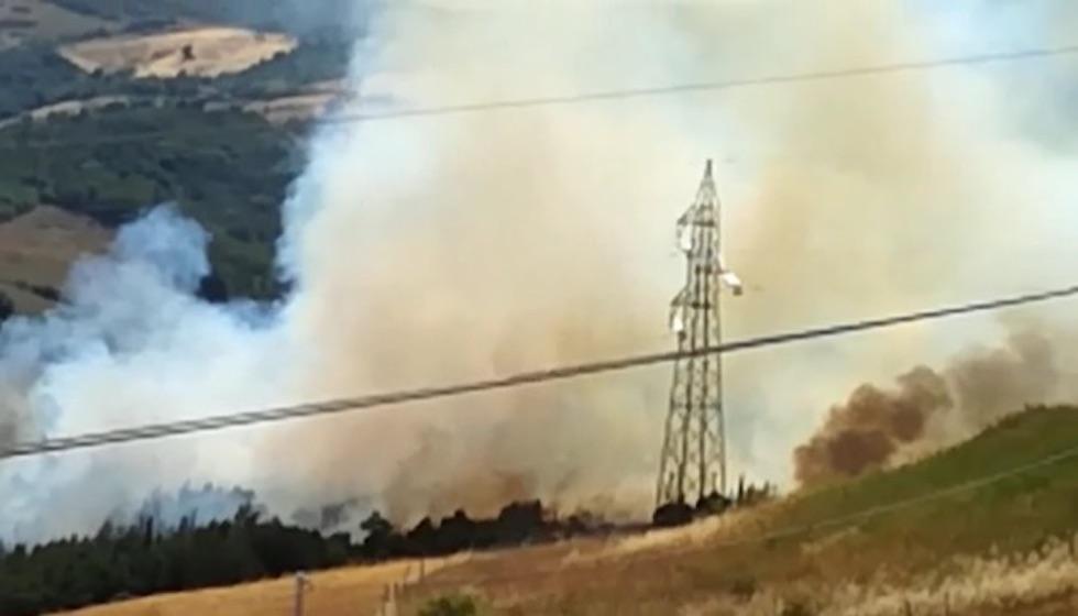 Un momento dell'incendio sul monte Amiata