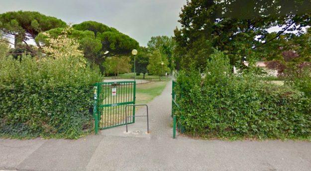 La siringa è stata trovata nel parco di Villa Vogel (foto da Google Street View)