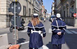 Una pattuglia di agenti della Polizia Municipale di Firenze