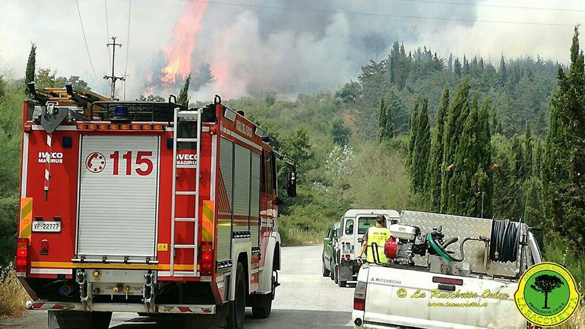 Vigili del Fuoco e volontari sul Monte Amiata (Foto da Facebook La Racchetta)