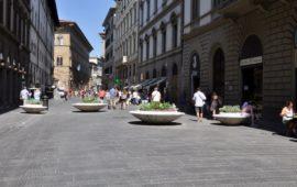 Le nuove aiuole 'antisfondamento' in via Martelli a Firenze