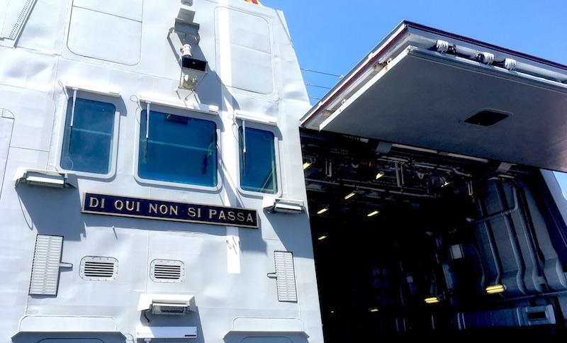 """Sul ponte di volo della nave il motto degli Alpini: """"Di qui non si passa"""""""