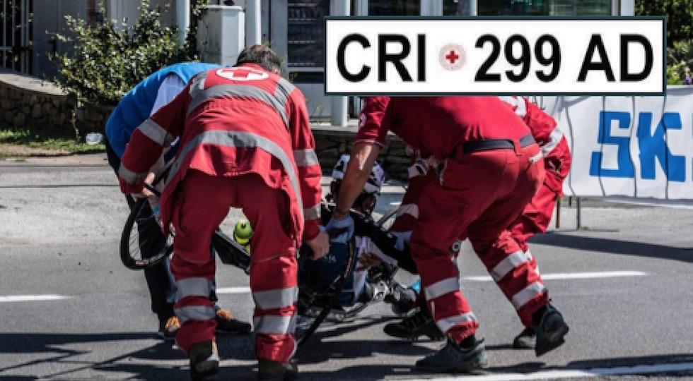 Operatori della Cri al lavoro (foto da Facebook) Nel riquadro la targa rubata
