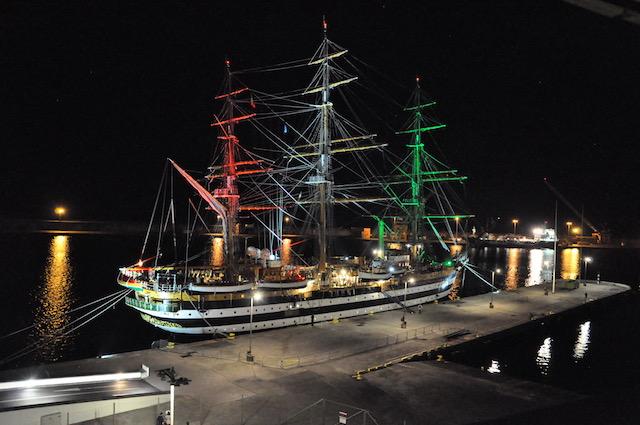 Le suggestive luci tricolori suglialberi di Nave Vespucci a Ponta Delgada