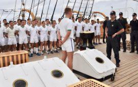 Assemblea degli allievi della 1a classe dell'Accademia Navale sul ponte di Nave Vespucci