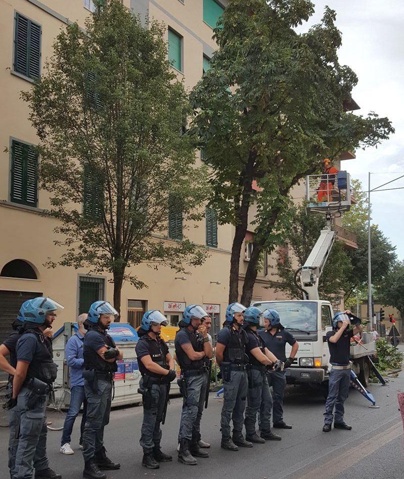 La polizia presidia l'operazione taglio alberi in viale Corsica
