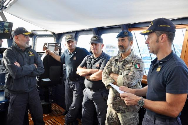 Patruno ascolta il comandante in seconda, CF Paolo Podico, durante il briefing del mattino sul Vespucci