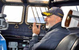 Il comandante Angelo Patruno al suo posto in plancia di Nave Vespucci