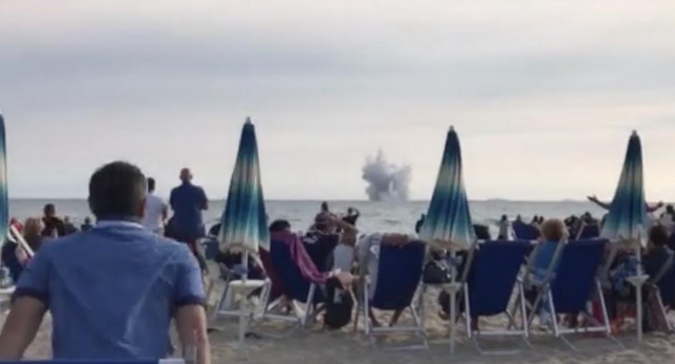 L'impatto dell'Eurofighter in mare (foto da Youreporter)