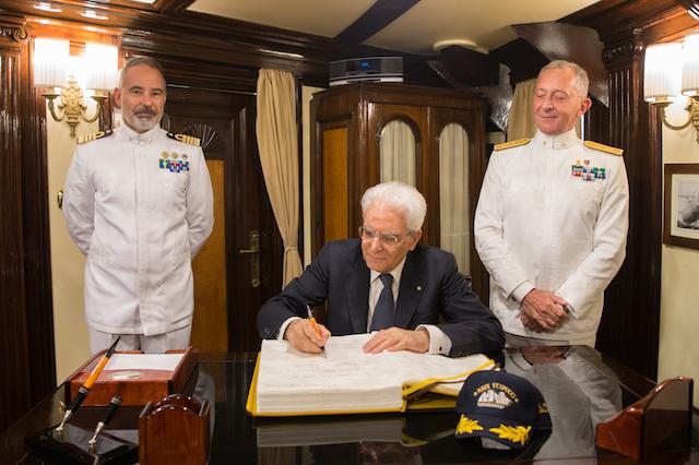 Il presidente Mattarella il 28 giugno 2017 sul Vespucci a Montreal. A destra il Capo di Stato Maggiore della Marina Valter Gilardelli, a sinistra il comandante Patruno