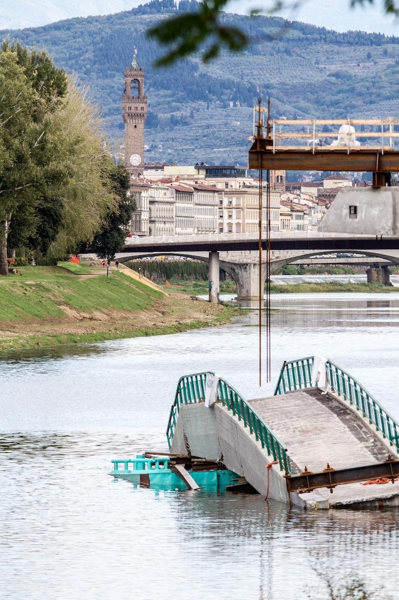 Una passerella finita in acqua sarebbe un grave 'tappo' per la corrente del fiume a poca distanza dal centro storico di Firenze