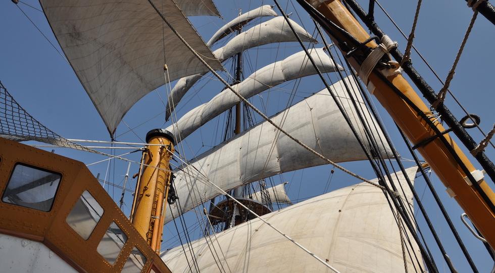 Le vele dell'albero di maestra di Nave Vespucci in Atlantico