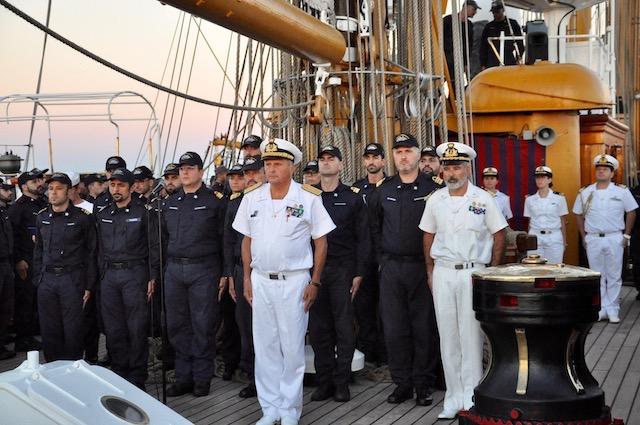 Il comandante in capo della squadra navale Donato Marzano (a sin con la divisa bianca) sul Vespucci