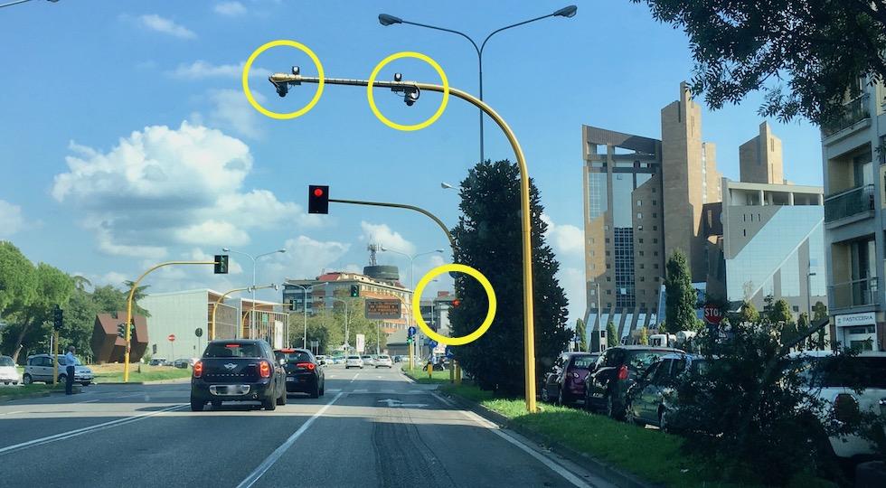 Il semaforo in viale Guidoni semi nascosto da un albero