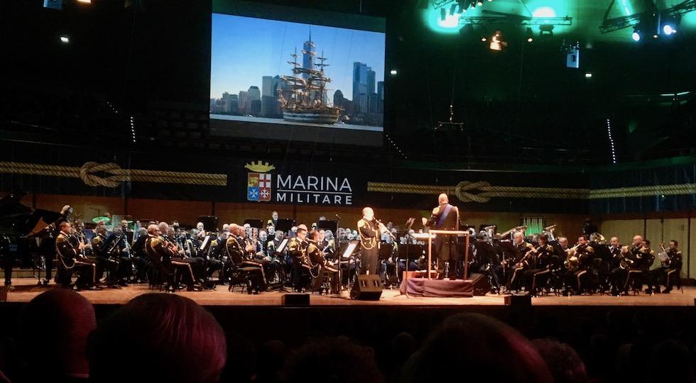 L'immagine di Nave Vespucci a New York durante il concerto 2017 della banda della Marina