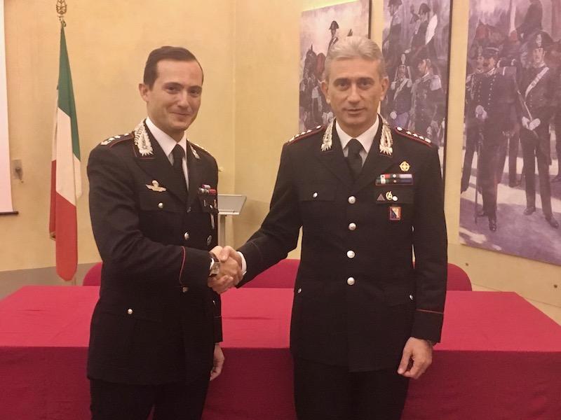 Il colonnello De Liso (a destra) saluta il tenente colonnello Spoto che lascia Firenze