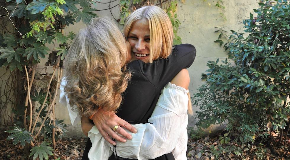 Simonetta abbracciata dalla zia, conosciuta da un anno