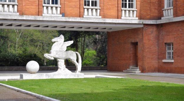 La statua del Pegaso nel parco dell'Isma a Firenze