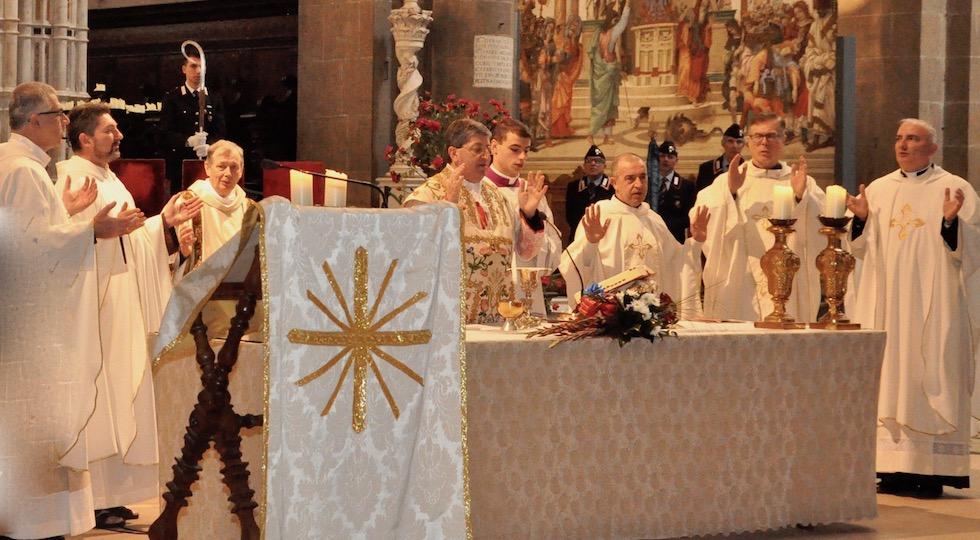 Il Padre Nostro recitato dal cardinale Giuseppe Betori (al centro) durante la messa della Virgo Fidelis 2017 con i Carabinieri di Firenze