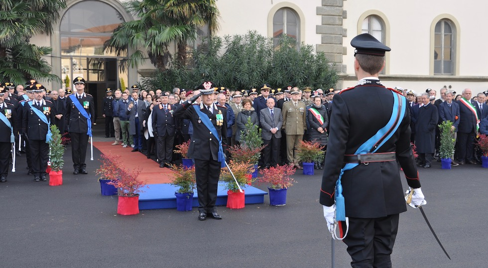 Il generale Masciulli nuovo comandante della Legione Toscana riceve gli onori dei suoi reparti