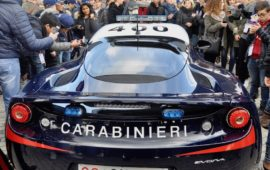 Una velocissima Lotus Evora S dei Carabinieri circondata dagli studenti delle scuole fiorentine