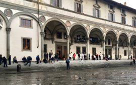 Persone in attesa di entrare alla mensa della Caritas in piazza Annunziata a Firenze