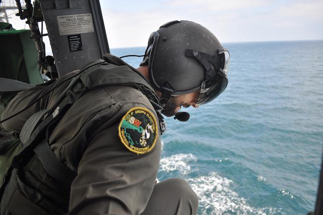 Un elicottero della Marina durante un sorvolo a bassa quota (foto S.Addario)