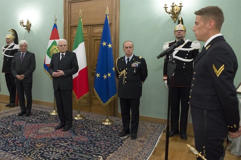 Il capo corso della 2ª classe dell'Accademia Navale mentre rivolge il suo saluto al presidente Mattarella insieme ai rappresentanti degli Istituti di Formazione militare