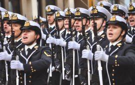 Gli allievi della prima classe dell'Accademia Navale al momento del giuramento