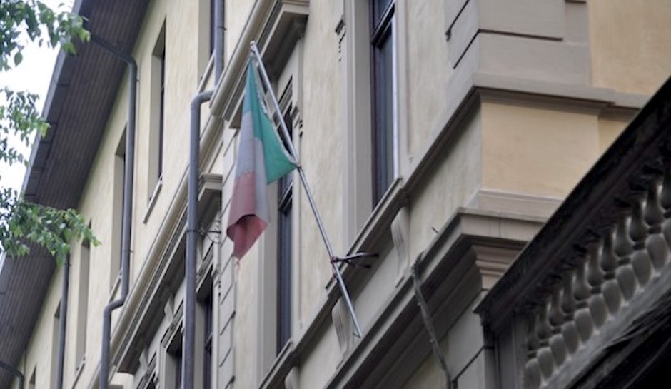 Bandiera strappata su un edificio pubblico