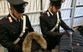 Alcuni dei capi d'abbigliamento falsi sequestrati dai Carabinieri di Firenze Oltrarno