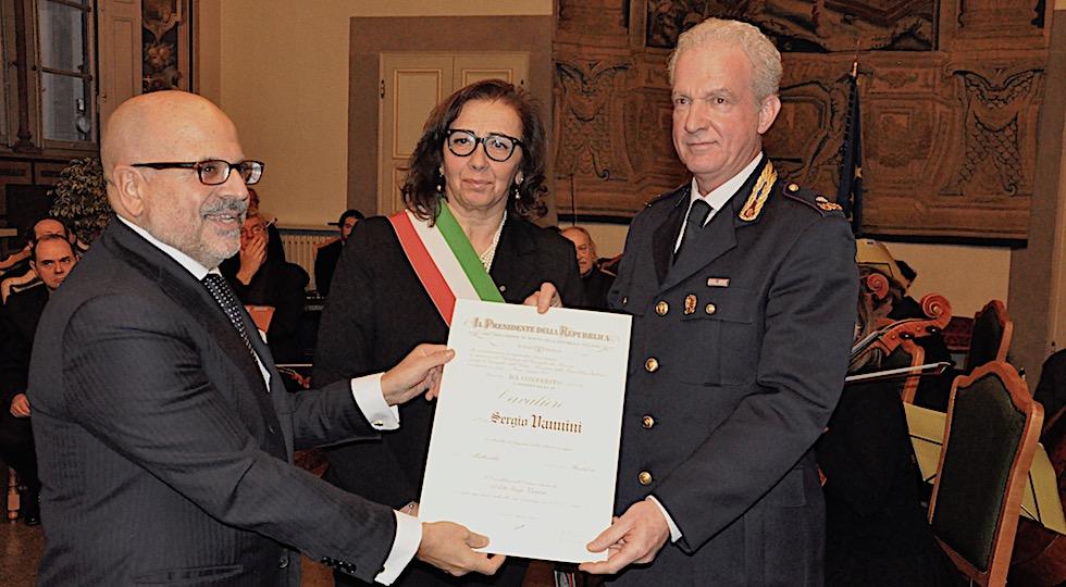 Il prefetto Alessio Giuffrida consegna l'onorificenza di cavaliere al dirigente della Ps Sergio Vannini