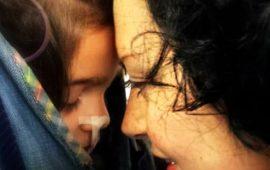 Una tenera immagine di Sofia con la mamma Caterina Ceccuti (da Facebook)