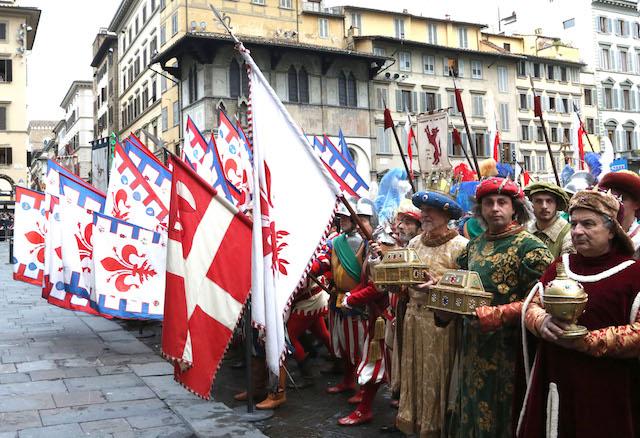 I Magi raggiunto il sagrato del Duomo offrono i doni al presepe (foto di archivio Opera del Duomo / Claudio Giovannini)