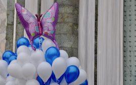 """Tanti palloncini ai funerali della piccola Sofia, la bambina """"farfalla"""""""