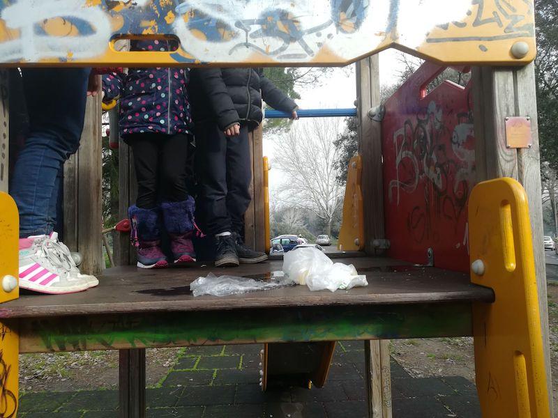 Rifiuti abbandonati nella zona giochi per bambini, che di notte diventano un giaciglio di fortuna per sbandati
