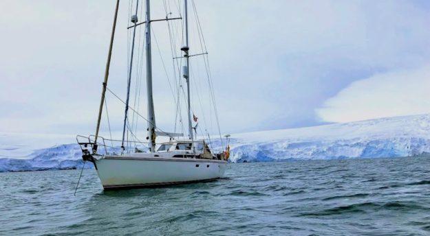 La barca Crilu durante il viaggio in Antartide