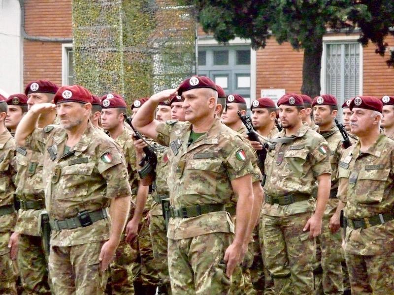 Il generale Castellano (al centro) in una foto d'archivio al comando della Brigata Folgore di Livorno