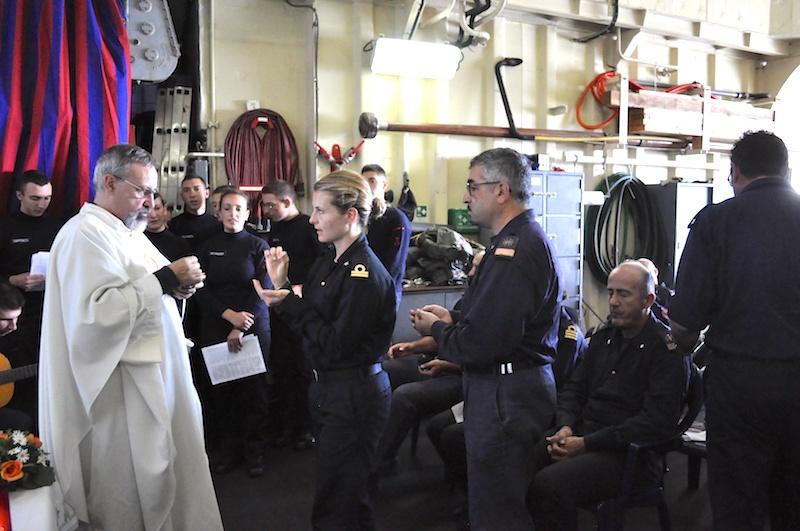Messa a bordo di una nave militare in navigazione nell'Atlantico