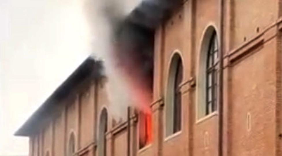 Le fiamme escono dai locali della caserma Fadini dove ha trovato la morte il poliziotto