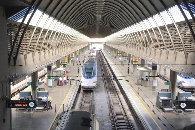 Alla stazione di Siviglia in Spagna vengono controllati anche i bagagli dei viaggiatori