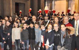 Un gruppo di studenti alla Festa della Bandiera 2018 con i Rotary e la Fanfara dei Carabinieri