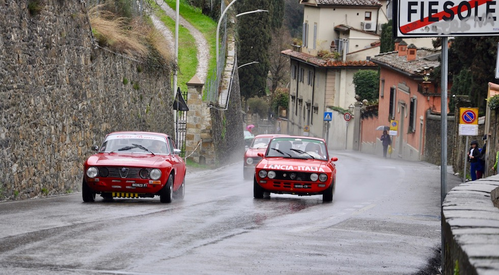 Un sorpasso sotto la pioggia lungo la Firenze Fiesole 2018